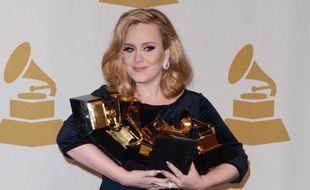 La chanteuse Adele a triomphé aux 54e Grammy Awards.