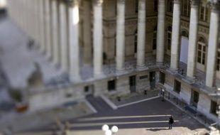 La Bourse de Paris a terminé sur une note stable lundi, les investisseurs jouant la prudence après une série de statistiques américaines mitigées et avant des rendez-vous économiques importants outre-Atlantique sur le front de l'emploi et de la politique monétaire.