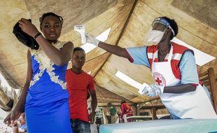 Des contrôles ont lieu pour endiguer l'épidémie d'Ebola à la frontière entre le Congo et l'Ouganda, vendredi 14 juin.
