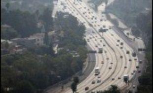 La Californie avait déjà passé une loi en 2002 demandant aux constructeurs de réduire les émissions de gaz à effet de serre de leurs voitures de 22% d'ici à 2012 et de 30% d'ici à 2016. Sept autres Etats américains ont depuis indiqué qu'ils comptaient suivre cet exemple.