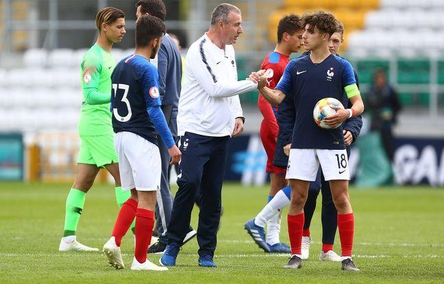 Le sélectionneur de l'équipe de France U17 Jean-Claude Giuntini félicite ici Adil Aouchiche, après son brillant quadruplé contre les Tchèques lors de l'Euro U17 l'an passé.