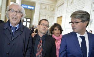 Nicolas Bonnemaison et sa femme Julie (au centre) accompagnés des avocats Benoit Ducos-Ader (G) and Arnaud Dupin (D), à leur arrivée au tribunal le 12 octobre 2015 à Angers