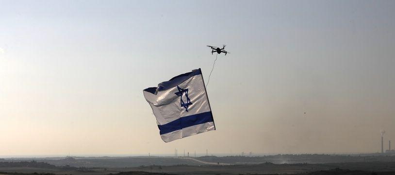 Un drone israélien transportant un drapeau du pays à proximité de la bande de Gaza, le 29 mai 2018.