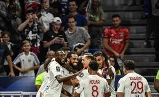Jason Denayer est félicité par ses coéquipiers après avoir inscrit le deuxième but, dimanche contre Strasbourg (3-1). JEFF PACHOUD