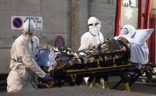Le Dr Feliz Baez Sarria, médecin cubain contaminé par le virus Ebola, transporté sur une civière pour être soigné aux Hôpitaux universitaires de Genève, le 21 novembre 2014