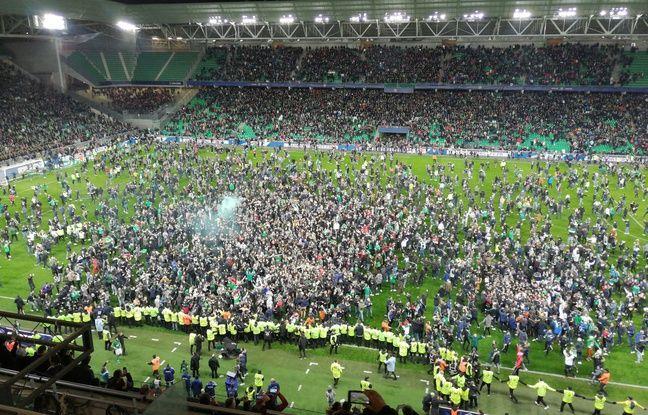 Une marée humaine a commencé à déferler sur la pelouse pour fêter la qualification des Verts.