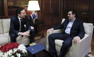 Le nouveau Premier ministre grec Alexis Tsipras (d) et le patron de la zone euro Jeroen Dijsselbloem, lors d'une rencontre à Athènes, le 30 janvier 2015
