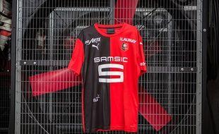 Le nouveau maillot domicile du Stade Rennais aura une moitié rouge et une moitié noire.