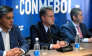 Sebastian Moreno (à g.), président de la fédération chilienne de football, Rodolfo Landim (au centre), président de Flamengo, et Rogerio Caboclo, président de la Confédération de football brésilien, ont annoncé le reprogrammation de la finale de la Copa Libertadores.
