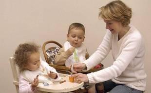 Une assistante maternelle et des enfants.