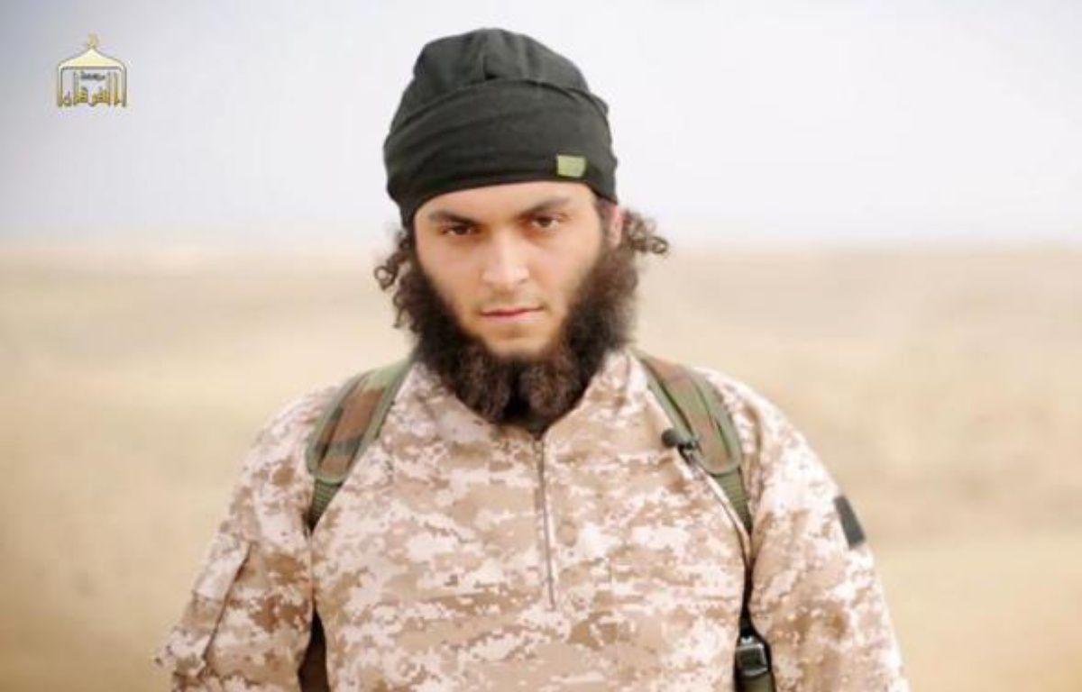 Image tirée d'une vidéo diffusée le 16 novembre 2014 par al-Furqan Media montrant le Français Mickaël Dos Santos, membre du groupe Etat islamique et identifié comme étant l'un des jihadistes ayant décapité des soldats syriens –  Al-Furqan Media