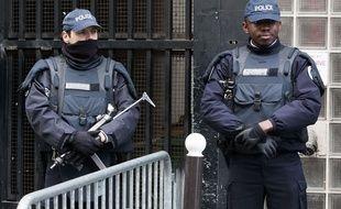 Des policiers en faction devant le commissariat de la goutte d'Or