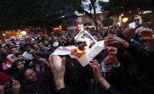 Des Tunisiens fête le premier anniversaire de la «révolution du jasmin» en brûlant un portrait de l'ex-président Ben Ali, le 14 janvier 2012, à Tunis.