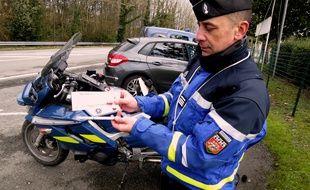 Le commandant de gendarmerie Cousi présente les deux tests salivaires en expérimentation.