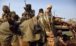 Les troupes tchadiennes escortent des civils tchadiens fuyant des violences à Bangui, le 16 janvier 2014.