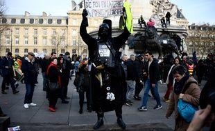 Dark Vador dans le cortège de la manifestation parisienne contre la réforme des retraites, le 17 décembre 2019.