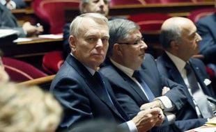 """Jean-Marc Ayrault a annoncé jeudi soir que le crédit d'impôt pour les entreprises dans le cadre du pacte de compétitivité serait introduit, par amendement, dans le budget rectificatif 2013, ainsi qu'une """"2e loi début 2013"""" pour définir les """"contreparties liées à son utilisation""""."""