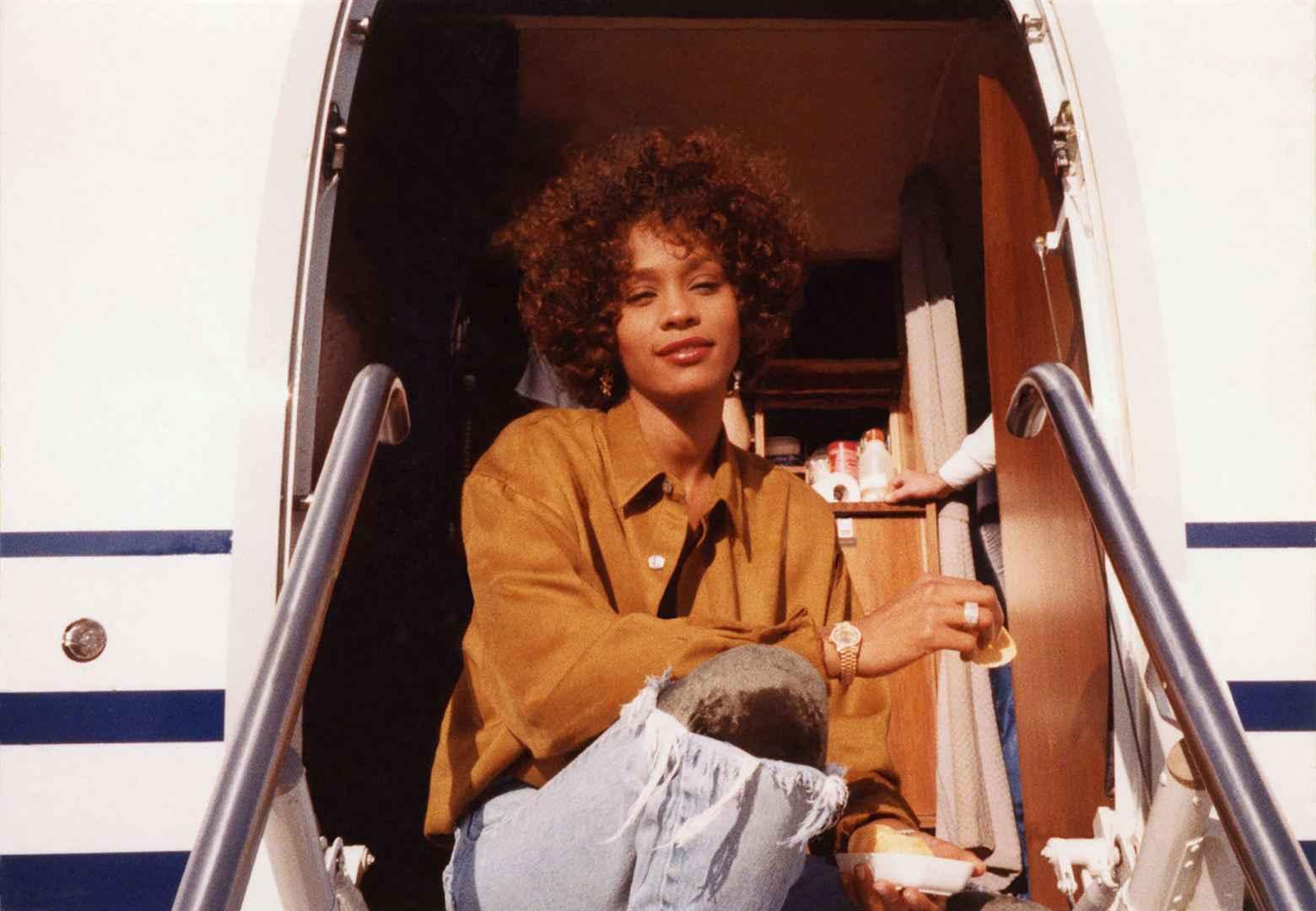 Whitney Elle a vendu 200 millions d'albums. Elle détient le record du plus grand nombre de numéros 1 consécutifs. Sa chanson « I Will Always Love You » est le single le plus vendu par une chanteuse. Derrière les records, les rumeurs, les scandales, les secrets et la gloire, voici la vraie Whitney.