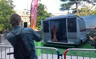 Près de Capitole, les Toulousains découvrent une des cabines de Téléo, le téléphérique urbain qui doit être mis en service fin 2021.