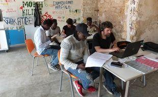 Dans les locaux de Booq, les migrants perfectionnent leur italien (au second plan de gauche à droite, Abdi, Lamine, Micol et Fadou, puis au 1er plan, Mohamed et Gabriele).