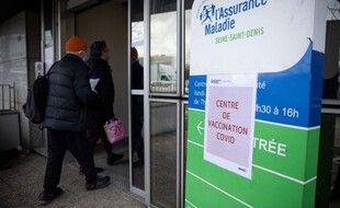 Un centre de vaccination mis en place par l'Assurance maladie, branche de la Sécurité sociale.