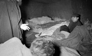 """Il y a 60 ans, le 1er février 1954, l'abbé Pierre lançait un vibrant appel en faveur des sans-abri,un """"coup de gueule"""" """"toujours d'actualité"""" selon les spécialistes de l'aide aux plus démunis, dans une France qui compte 3,5 millions de mal-logés."""