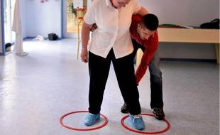 Kiné, orthophonie et gym permettent de ralentir la progression de la maladie.
