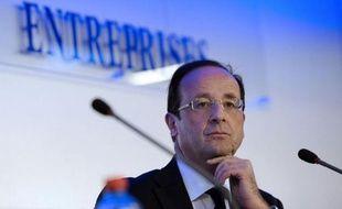 Le candidat socialiste à l'élection présidentielle François Hollande a défendu lundi devant des patrons d'entreprises ses propositions de campagne en faveur des PME et donné quelques précision sur ses projets de réforme fiscale.