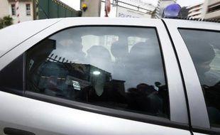 Moussa Coulibaly (3è sur la gauche) sort le 5 février 2015 des bureaux de la police de Nice pour être transféré à Paris