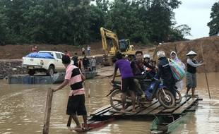 Des villageois de la province d'Attapeu après l'effondrement d'un barrage. / AFP PHOTO / Nhac NGUYEN