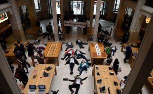 Des militants d'Attac lors d'une manifestation contre l'évasion fiscale dans un magasin Apple à Paris, samedi 7 avril.