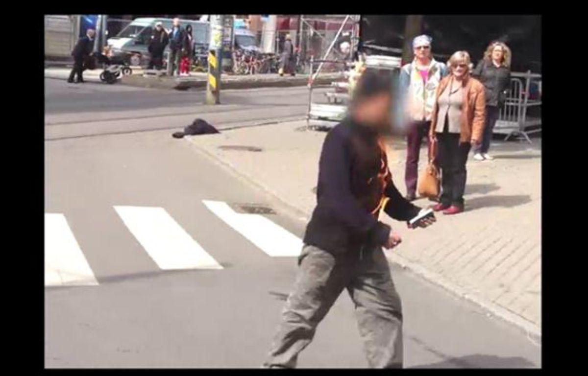 Capture d'écran d'une vidéo du site Internet du quotidien norvégien «VG» montrant un homme s'immolant par le feu devant le tribunal d'Oslo, où se déroule le procès d'Anders Breivik, le 15 mai 2012. – 20minutes.fr