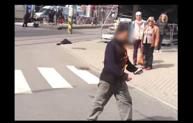 Capture d'écran d'une vidéo du site Internet du quotidien norvégien «VG» montrant un homme s'immolant par le feu devant le tribunal d'Oslo, où se déroule le procès d'Anders Breivik, le 15 mai 2012.