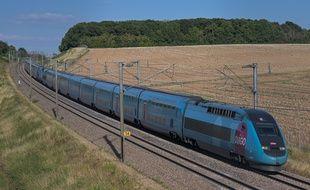 Un TGV Ouigo circule sur la LGV Sud-Est a proximite de Misy sur Yonne en direction de Paris, (19 juillet 2020)