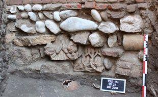 Les deux chapiteaux romans du XIIe siècle retrouvés lors des fouilles de la place Saint-Sernin à Toulouse.