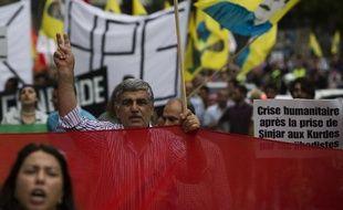 """Des manifestants à Paris à l'appel d'associations kurdes pour dénoncer les """"massacres"""" commis par l'Etat islamique (EI) au Kurdistan irakien, le 9 août 2014"""