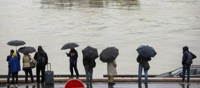 Les recherches se poursuivent après le naufrage a Budapest.