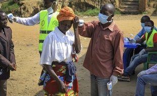 Des contrôles sont effectués à la frontière entre la République démocratique du Congo et l'Ouganda.