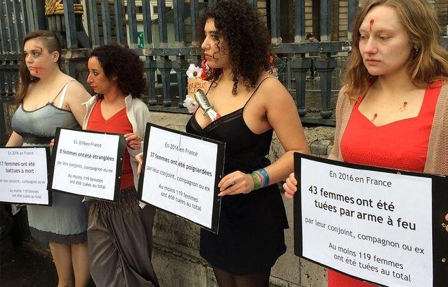 Paris, le 14 février 2017. Des militantes féministes manifestent devant le palais de justice pour dénoncer les violences conjugales.