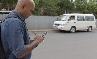 Un Indien jouant à Pokémon GO à Phnom Penh le 10 août 2016.