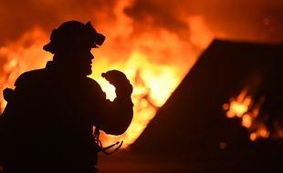 Des pompiers luttent contre un feu de forêt à Oroville, en Californie (Etats-Unis), le 9 juillet 2017.