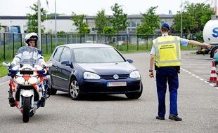 Une opération de police à la frontière entre la Belgique et les Pays-Bas, à Hazeldonk, le 21 mai 2014.
