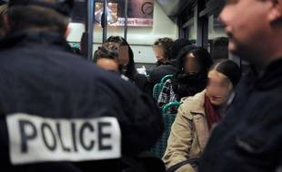 Des policiers dans un bus parisien, le 9 novembre 2009