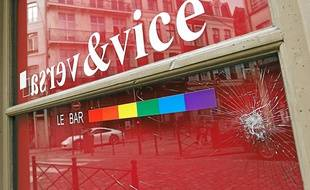 La vitrine du Vice&Versa a été cassée à coups de chaise, selon les témoignages récoltés au cours de l'enquête.