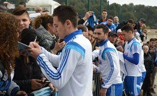 Florian Thauvin, Romain Alessandrini et Lucas Ocampos avec les supporters à la Commanderie, le 10 mars 2015.