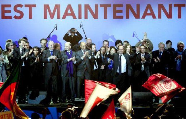 François Hollande et son équipe sur scène place de la Bastille Paris le 6 mai 2012.