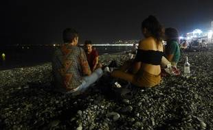 Niçois et touristes organisent des soirées sur les plages niçoises.