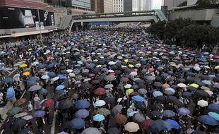 Des milliers de protestataires encerclent les bâtiments du gouvernement dans le centre de Hong Kong, le 12 juin 2019.