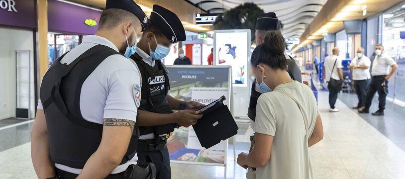 Des policiers contrôlent des passes sanitaires dans un centre commercial de Nice, le19 août.