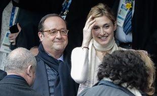 François Hollande et Julie Gayet dans les tribunes du Stade de France, le 10 mars 2018, à l'occasion du match France - Angleterre dans le cadre du Tournoi des VI nations.